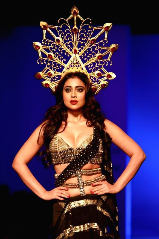 Shriya Saran Walks Amazon India Fashion Week 2016