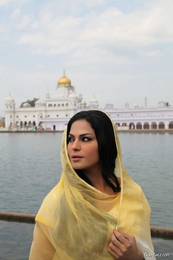 Veena Malik At Holy Shrine Of Gurudwara